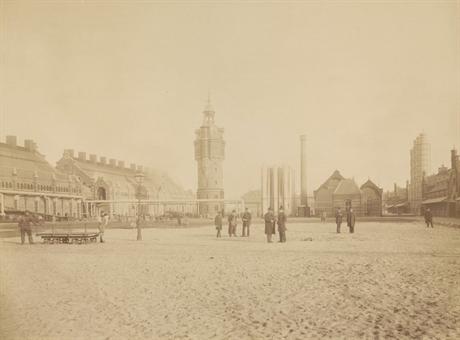 De Westergasfabriek kort na de voltooiing in 1885. De gebouwen links en de watertoren zijn afgebroken, tegenwoordig bevindt zich hier het grote evenemententerrein. Rechts de Zuiveringshal/Pazzanistraat