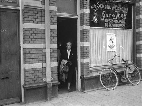 Greet Hofmans bij het verlaten van haar praktijkruimte aan de Bosboom Toussaintstraat, 1957