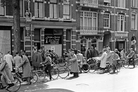 Nieuwsgierigen en pers bij Greet Hofmans' kantoor in de Bosboom Toussaintstraat, 1957
