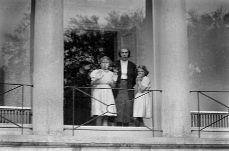 Greet Hofmans op Soestdijk met de prinsesjes Beatrix en Irene, begin jaren '50