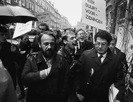 20 december 1984: toenmalig burgemeester Van Thijn wordt belaagd door krakers in de Staatsliedenbuurt. (Foto: Hollandse Hoogte)