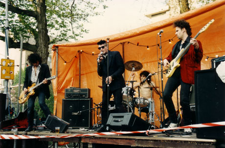 Herman Brood and his Wild Romance treden op bij café De Toog, koninginnedag 1995