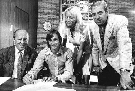 Johan Cruijff ondertekent in 1971 een 7-jarig contract bij Ajax. Van links naar rechts: Henk Timman, Johan Cruijff, Danny, Jaap van Praag