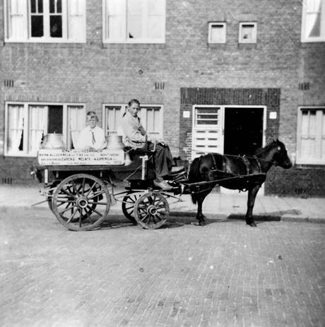 Dirk van den Broek op zijn melkkar in Amsterdam West –waarschijnlijk in de buurt van het Columbusplein- 1942