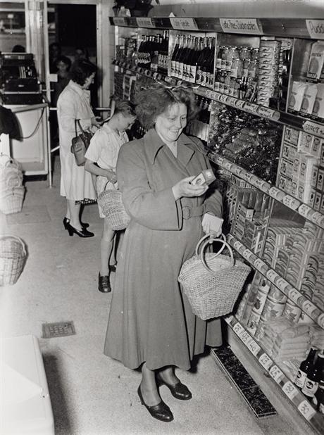 De eerste zelfbedieningswinkel van Amsterdam, Mercatorplein 49, 1950 (foto: www.dirkvandenbroekhistorie.nl)