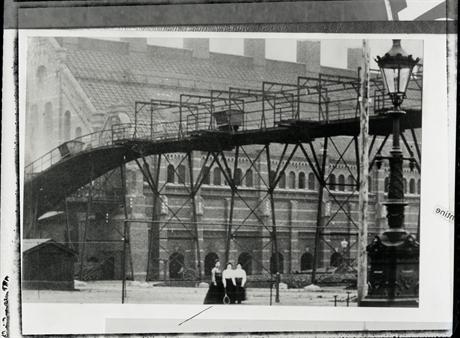 Nog een wonderlijke foto van lang geleden: vrouwen met tennisrackets op het Westergasfabriekterrein