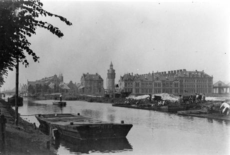 Gezicht op de Haarlemmervaart en de Westergasfabriek ter hoogte van het latere Westerpark, eind 19e eeuw