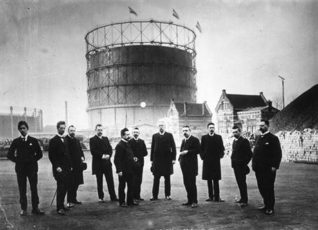 Groepsfoto bij de ingebruikstelling van de grote gashouder in 1903. In het midden de opvolger van Pazzani, directeur Van der Horst. De gashouder had een uitschuifbaar dak dat groter werd al naar gelang de hoeveelheid gas erin. Deze gashouder was tot in de verre omstreken te zien en daardoor decennialang een bekend baken voor vele Amsterdammers