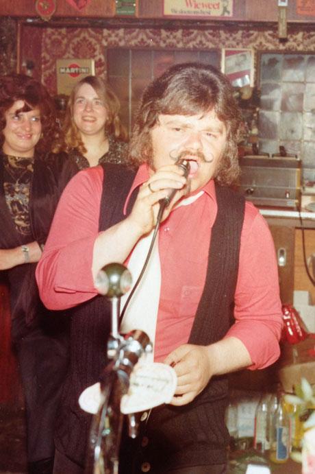 André Hazes, begin jaren '70 zingend achter de bar van café de Krommerdt