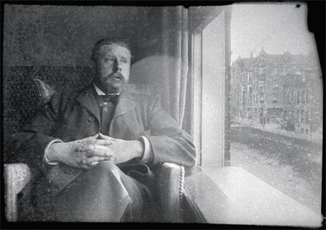 Breitner in zijn woning aan Overtoom 227. Vanuit het open raam is te zien dat de Overtoom hier nog een gracht was, in 1904 werd deze gracht gedempt. Breitner woonde hier van 25.6.1901 tot 5.5.1903