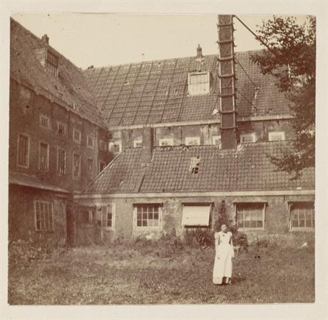 Binnenplaats van het vervallen voormalig pesthuis, eind 19e eeuw