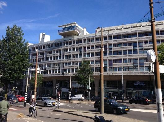 Het Pon-gebouw aan het einde van de Overtoom, op het dak de dubbele etage met het opvallend vooruithellende balkon