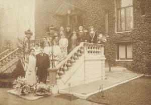 Betty von Hunteln en Eduard Lehmann bij het bordes van Villa Betty bij de viering van hun zilveren bruiloft in 1925
