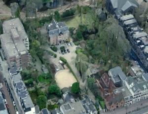 Villa Betty, onzichtbaar voor de buitenwereld op Overtoom 241. Onder de Overtoom, boven het Vondelpark
