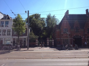 Ingang van Villa Betty, rechts het voormalig koetshuis –tegenwoordig Kinki kappers- waar onder meer de twee Rolls Royces stonden geparkeerd