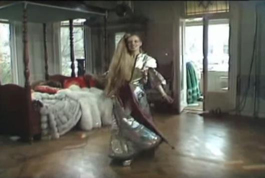 Mathilde dansend in haar huis aan de Weteringschans 22 in het tv-programma TV Privé van Henk van der Meijden. Op de achtergrond het hemelbed waarop Van der Meijden haar interviewde en Mathilde vijf maanden later dood werd gevonden.